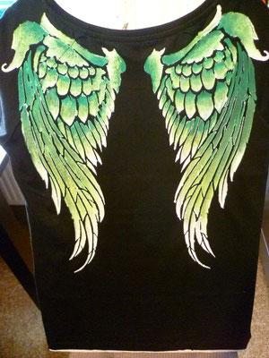 S-Shirt mit grünen Flügeln auf dem Rücken