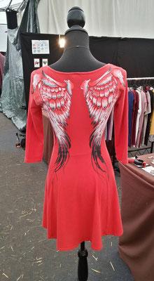 Kleid mit Flügeln auf dem Rücken