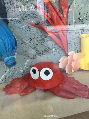 Décoration vitrines été (Clinique vétérinaire) : crabe avec des gants de chirurgie www.toutpetitrien.ch - fleurysylvie