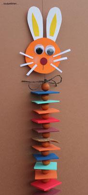 Guirlande lapin, avec des petits carrés de caoutchouc mousse, des perles et du papier cartonné. www.toutpetitrien.ch/bricos/ - fleurysylvie