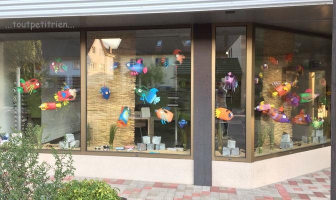 Décoration été magasin d'optique, poissons avec des bouteilles de lessive. www.toutpetitrien.ch - fleurysylvie