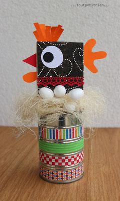 Une petite poule avec un carré de bois, une boîte de conserve et du masking tape. www.toutpetitrien.ch/bricos/ - fleurysylvie