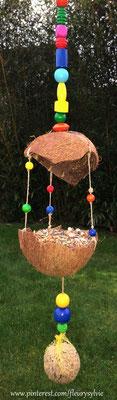 Mangeoire pour les oiseaux avec noix de coco et perles en bois. www.toutpetitrien.ch/bricos/ - fleurysylvie
