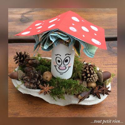 Bricolage automne : recyclage d'un rouleau papier WC, d'un petit livre et d'un support gobelets Mc Donald's. www.toutpetitrien.ch/bricos/ - fleurysylvie