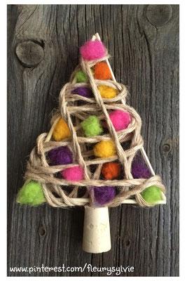 Sapin de Noël avec pics à brochettes, ficelle et boules de feutre. www.toutpetitrien.ch/bricos/ - fleurysylvie