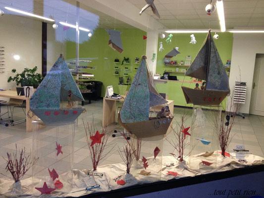 Déco vitrines été bateaux en origami papier recyclé
