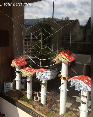 Déco vitrines automne, champignons avec des vieux livres