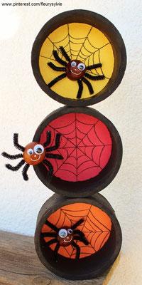 Bricolage Halloween : araignées avec des marrons + rouleaux de scotch usagés + feuilles de couleur. www.toutpetitrien.ch/bricos/ - fleurysylvie