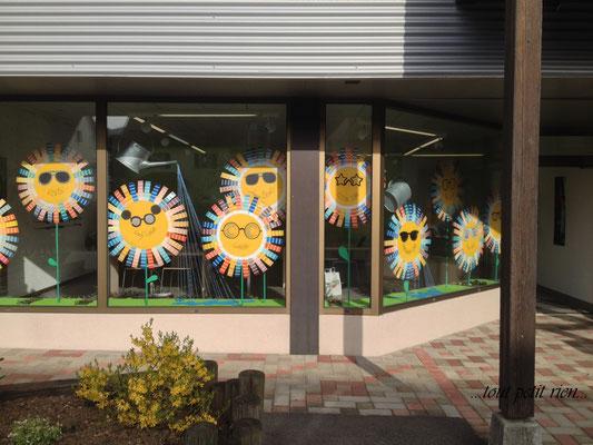 Déco vitrines printemps fleurs géantes avec nuanciers peintures et cartons recyclés