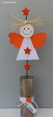 Bricolage enfants Noël. Un ange gardien en feutrine et papier cartonné. Le visage est découpé dans du sajex compressé avec un emporte-pièce.  www.toutpetitrien.ch/bricos/ - fleurysylvie
