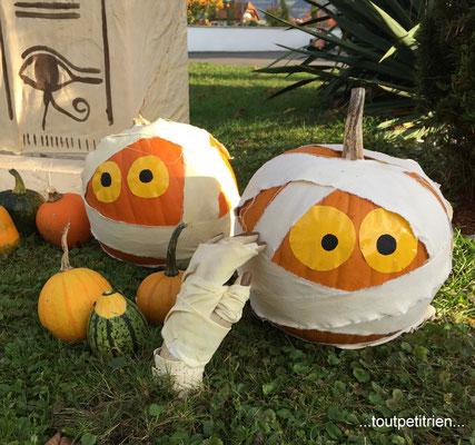 Décoration Halloween, citrouilles momies. www.toutpetitrien.ch - fleurysylvie