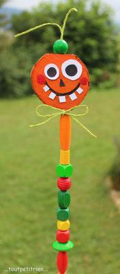Citrouille avec une rondelle de bois peinte en orange fixée sur un pic à brochette + perles en bois. www.toutpetitrien.ch/bricos/ - fleurysylvie