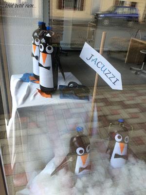 Déco vitrines Noël pingouins recyclage bouteilles