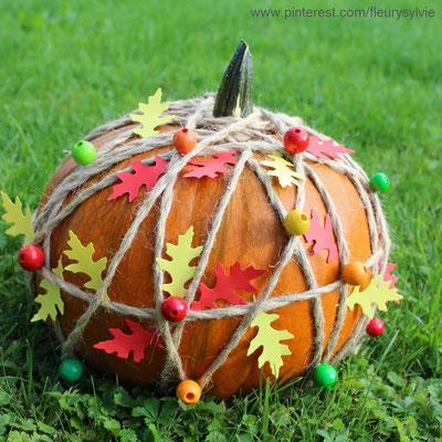Citrouille décorée avec de la ficelle, des perles en bois et des feuilles en papier. www.toutpetitrien.ch/bricos/ - fleurysylvie