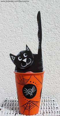 Chat noir en bois découpé à la scie à chantourner pour Halloween, dans un gobelet plastique recyclé. www.toutpetitrien.ch/bricos/ - fleurysylvie
