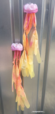 Décoration vitrines été (Clinique vétérinaire) : méduses avec des gants d'insémination  www.toutpetitrien.ch - fleurysylvie