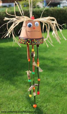 Bricolage automne, un pot en terre cuite, de la ficelle, des bambous et des perles en bois. www.toutpetitrien.ch/bricos/ - fleurysylvie