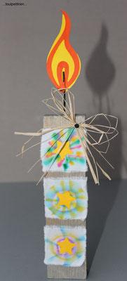 Bricolage Noël, Bougie en bois, papier cartonné + fil de fer pour la flamme et tissu coloré (feutres et jus de citron) www.toutpetitrien.ch - fleurysylvie