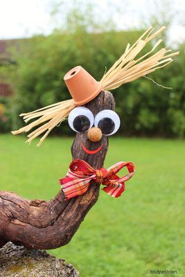 Epouvantail rigolo avec une racine de vigne, cheveux en raphia, petit pot en terre cuite, nez avec une noisette et yeux mobiles. www.toutpetitrien.ch/bricos/ - fleurysylvie