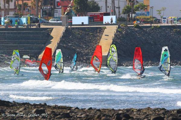 Jetzt kann es schon mal voll werden auf dem Wasser: 50 Surfer aufwärts!