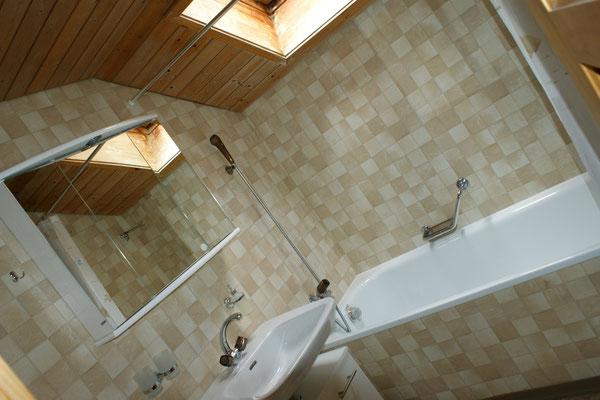Salle de bain avec baignoire (deuxième étage)
