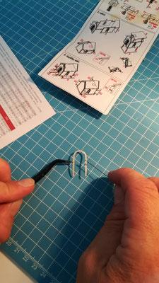 Filigranarbeiten mittels Pinzette und Zahnarztwerkzeugen.