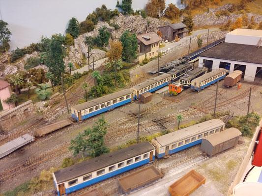 BDe 4/4 3005 und tm 2/2 warten im Depot auf weitere Aufgaben. Der Bde 4/4 3004 drückt unterdessen den neuen Zug aus der Abstellgruppe ins Perron-Gleis 1.