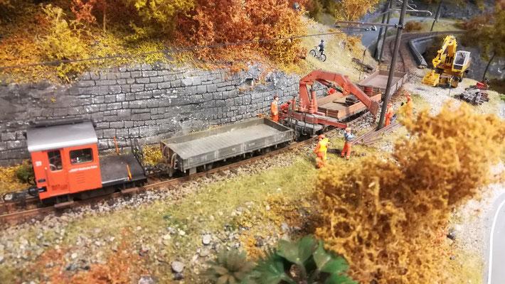 Es werden ausgebaute Schienenstücke verladen.