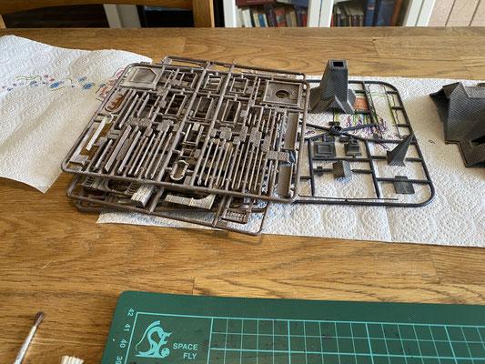 Alterung der Teile mit Pulverfarben von Noch (glaube ich). Das Pulver habe ich sowohl mit einem harten Borstenpinsel als auch mit einem feinen weichen Pinsel aufgetragen.  So konnte ich sowohl die großen Flächen, als auch die Details perfekt gestalten.