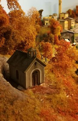 Kapelle mit Blick auf das dahinterliegende Dorf.