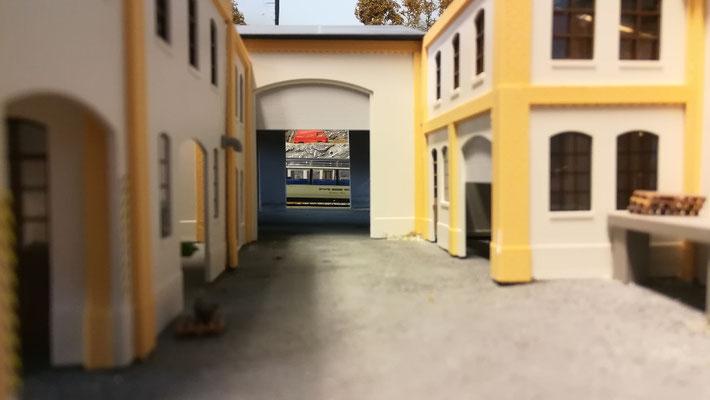 Hinterhof mit seitlicher Einfahrt in die Triebwagenhalle