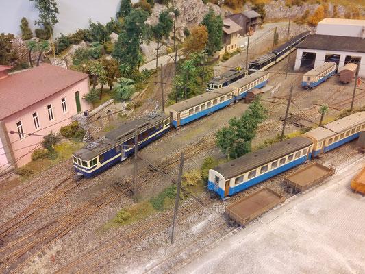 Vorziehen des 3005 mit den beiden Wagen des Stammzuges mit Ziel Gleis 2. Der Stammzug besteht übrigens aus einem Wagen zweiter Klasse und einem Wagen erster und zweiter Klasse.