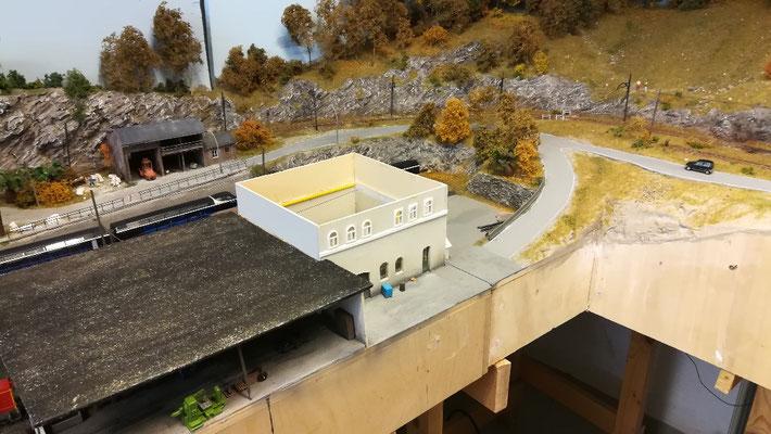 Der Kartonklotz, die aufgesetzten Fenster und die nicht zu Ende gedachte Dachkonstruktion befriedigen heute nicht mehr.