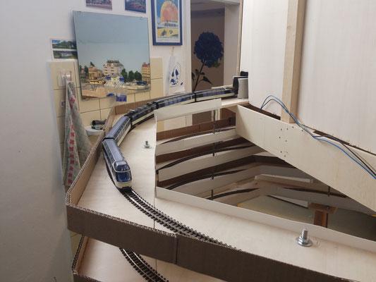 Die Gleiswendel mit Testfahrt und bereits montiertem Schutz.