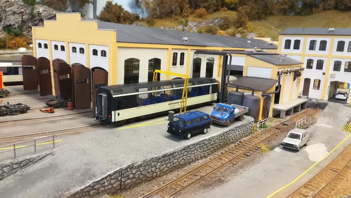 Die Fahrzeuge vom Bahndienst stehen bereit. das Gleis unter dem Kran wird auch zum Abstellen des LMEx-Wagenparks genutzt.