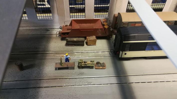 Blick in die Halle. Neben einem Schüttgutwagen des Bahndienstes wird auch an einem Panoramawagen gearbeitet.