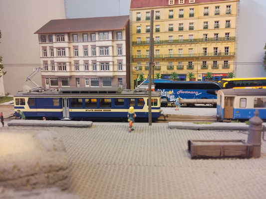 Als Rangierfahrt wieder an Gleis 2 angekommen, wird der 3005 vom den beiden Wagen getrennt.