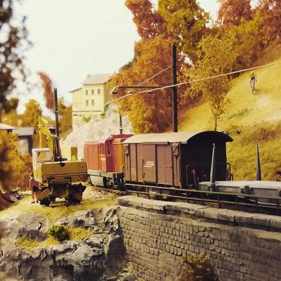 Die Stelle auf dem kleinen Viadukt ist bei Eisenbahnfotografen beliebt: Nachschuss auf einen Dienstzug.