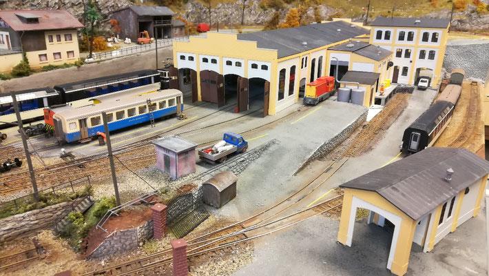 Die ersten Schienen- und Straßenfahrzeuge beziehen ihr neues Quartier.