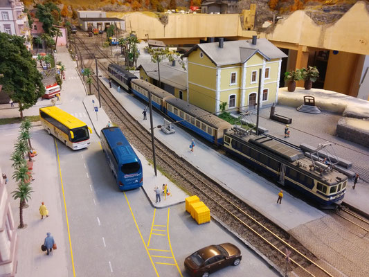 Der Zug ist an Gleis 2 am Perron in Lacorno Stazione zum Halten gekommen.  Der Panoramawagen soll nun ausrangiert und der restliche Zug soll gewendet werden.