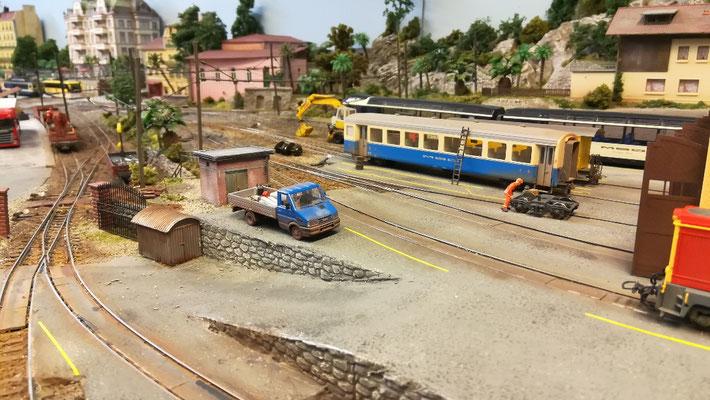 Der Transporter vom Bahndienst ist auch da.