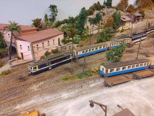 Der BDe 4/4 3005 drückt die Zugskompoition in ein freies Abstellgleis. Der am Zugschluss laufende Panoramawagen wird abgehängt.