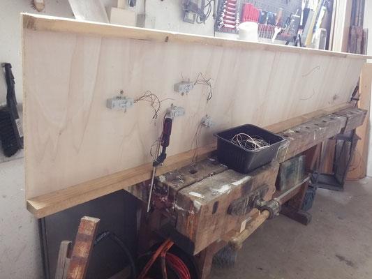 Verkabelung  auf der Unterseite des Schattenbahnhofes. Das Senkrechtstellen in der Werkstatt erleichtert das Löten ungemein.