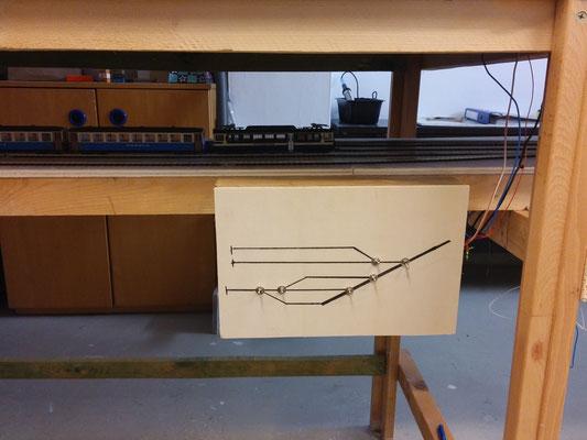 Fertiges Stellpult bereits am Schattenbahnhofsteil montiert und angeschlossen. Der Abstand zwischen den beiden Ebenen ist groß genug, um auch einmal per Hand eingreifen zu können.
