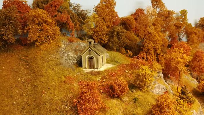 Die Kapelle fügt sich wunderbar in die Herbstlandschaft ein.