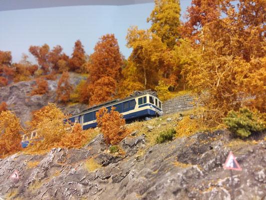 Blick aus Sicht eines Preiser-Autofahrers auf den Zug.