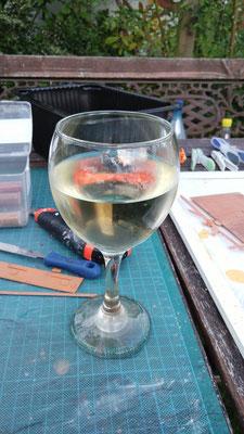 Ein kalter Weißwein trägt zum gelungenen Arbeitsergebnis bei.