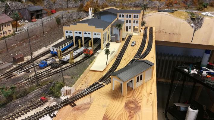 Die Gleise und Weichen liegen. Ich habe sie mit kleinen Schrauben fixiert. so kann ich noch minimale Änderung, z.b. beim Gleisabstand vornehmen.