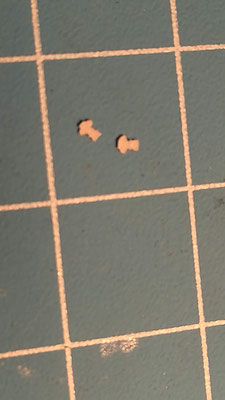 Die  kleinsten Teile - der Glockenschwengel - liegen im Millimeterbereich (das Quadrat auf der Schneideunterlage hat eine Kantenlänge von 10 mm).