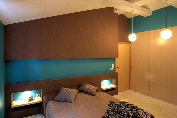 un bleu nordique inspiré des lacs du nord dans une chambre intimiste